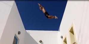 Moran sautant entre 2 toits