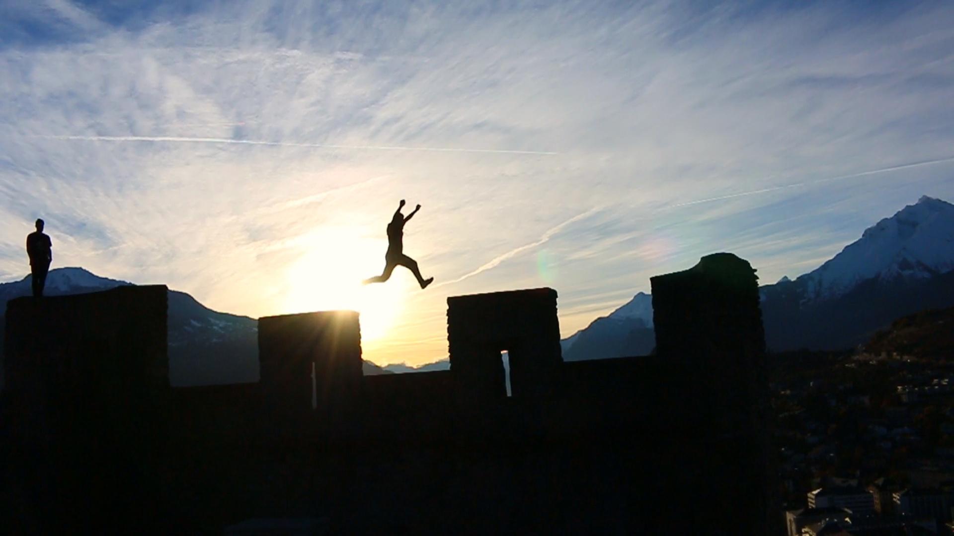 Jean saute sur la muraille